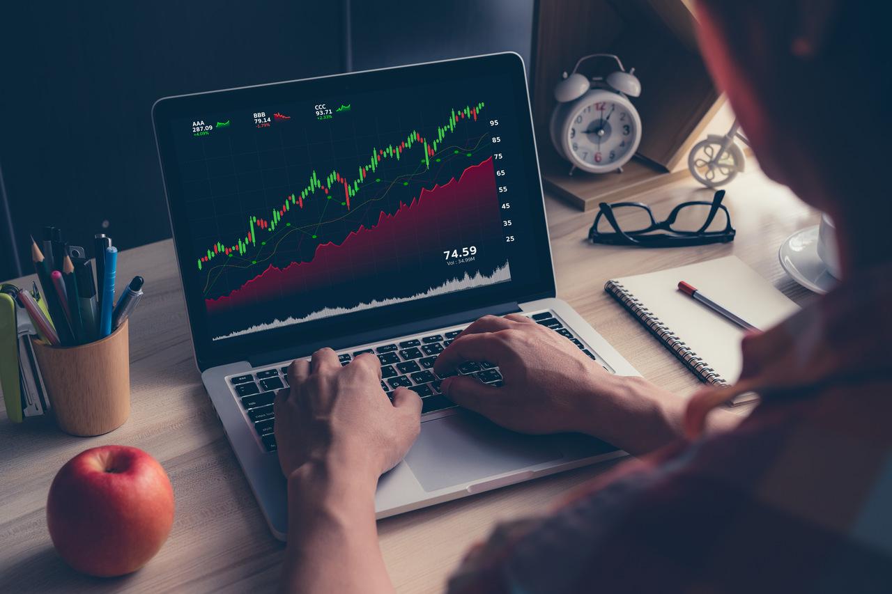 Mężczyzna przygląda się wykresom przed tradingiem
